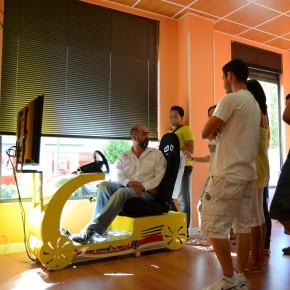 La autoescuela 2000 de Coslada (Madrid) adquiere un simulador de coche como apoyo a la enseñanza