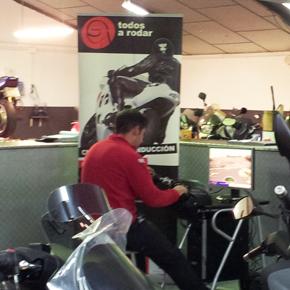 Todos a Rodar continúa su 'tour' con el simulador de moto en el taller de motocicletas Top Bike Racing de Barcelona
