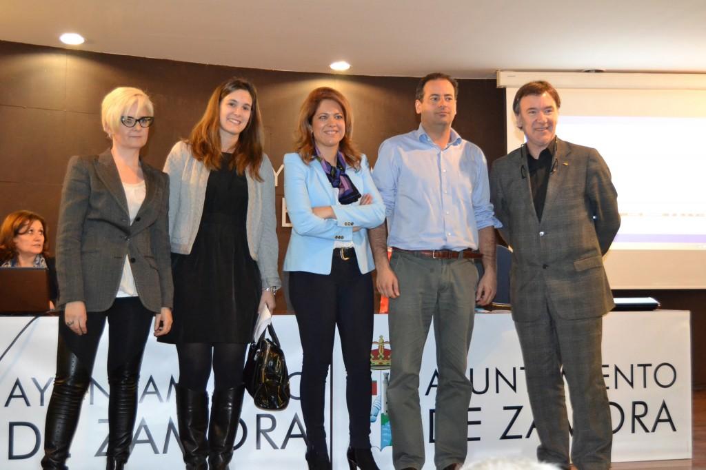Carlos Arias (segundo por la derecha) junto a D. Alfonso Luengo Álvarez-Santullano, Director Gerente de la Fundación Tripartita para la Formación en el Empleo (a la derecha), Renata López Prada, presidenta de la Federación de Jóvenes Empresarios de Castilla y León (en el centro) y las otras dos participantes en la Mesa de experiencias.