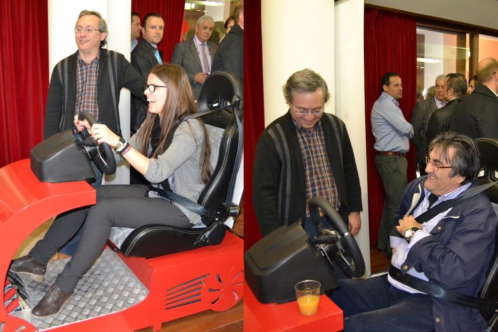 Los asistentes a la jornada disfrutando del simulador de conducción